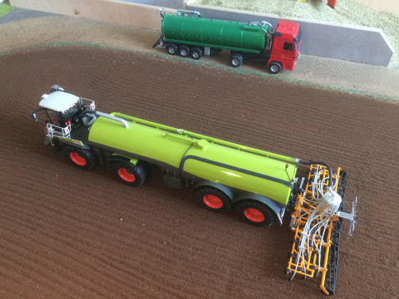 Class Xerion Saddle Trac mit SGT Aufliegergüllefass
